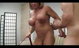 marito slave guarda la moglie mentre viene scopata da un altro