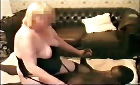 cicciona bionda cavalca il cazzo di un nero mentre il marito filma