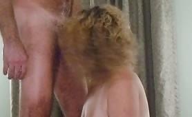 Il cuckold riprende la zoccola matura mentre spompina il vicino di casa