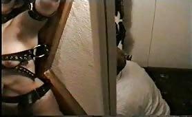 Scena porno bdsm con moglie troia bendata e legata punita dal padrone