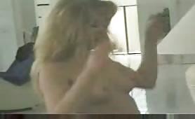Bull di colore sfonda la moglie bionda e il cuck pulisce la sborra