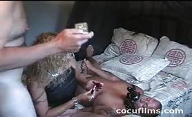 Cuckold porco umiliato dalla moglie e dal bull