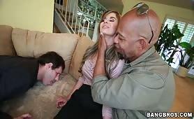 Marito schiavo lecca i piedi della moglie mentre lei succhia la verga nera del suo amante