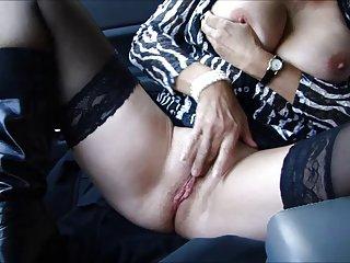 Matura cuckold in un parcheggio a tirare seghe