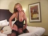 Bellissima Milf in lingerie chiavata da negro davanti al cornuto