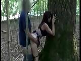 Scopata contro un albero nel parco da sconosciuto