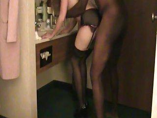Marito filma sua moglie scopata da negro nel bagno