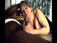Moglie matura filmata mentre succhia il cazzo nero - video cuckold