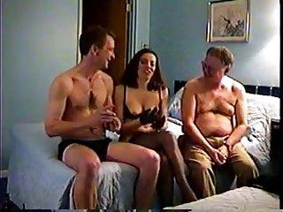 Fa scopare la moglie matura da un giovane studente in hotel