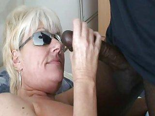 Milf tettona in sexy lingerie bianca e cazzo nero