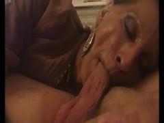 Nonna cuckold spompina il giovane amante