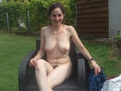 Fa masturbare la moglie in giardino per eccitare i vicini di casa