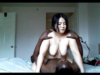 La prima volta con un negro per una sexy moglie asiatica