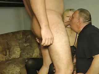 Bull scopa la fica della moglie e la bocca del marito