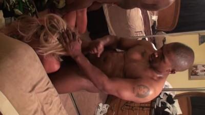 Prima esperienza cuckold con un negro dotato