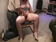 Di fronte al marito cicciona masturbata e scopata