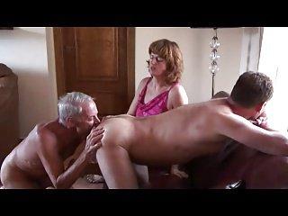Marito zerbino anziano inculato dal bull della moglie