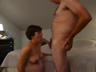 Donna incinta spompina il cazzo di amico del marito