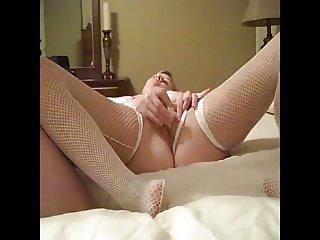 Moglie cuckold in lingerie masturbata dal suo bull